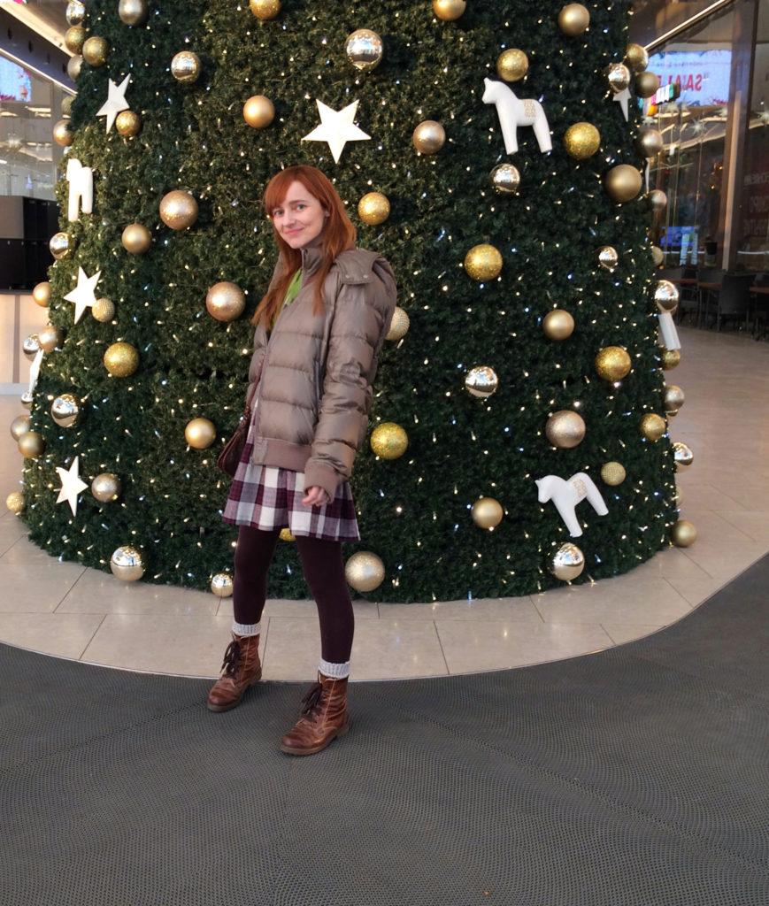 Лолита Быстрова возле ёлки и гипермаркете