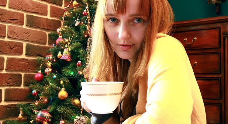 Лолита Быстрова с чашкой чая в Рождество