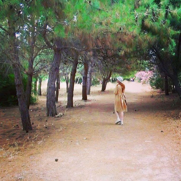 Лолита Быстрова в Греции в желтом платье и в шляпе