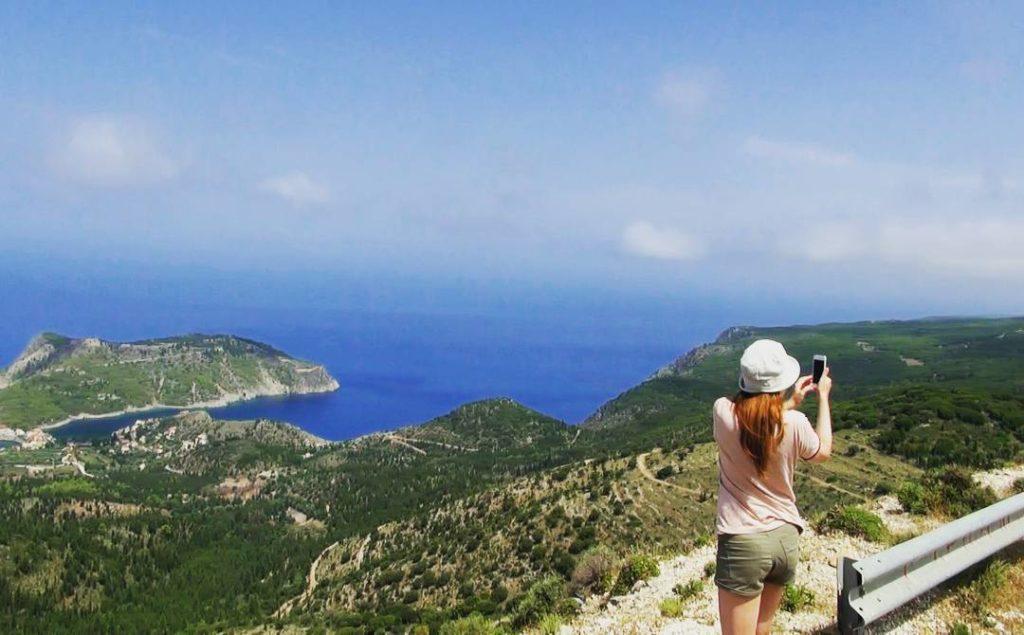 Лолита Быстрова снимает красивый вид в Греции