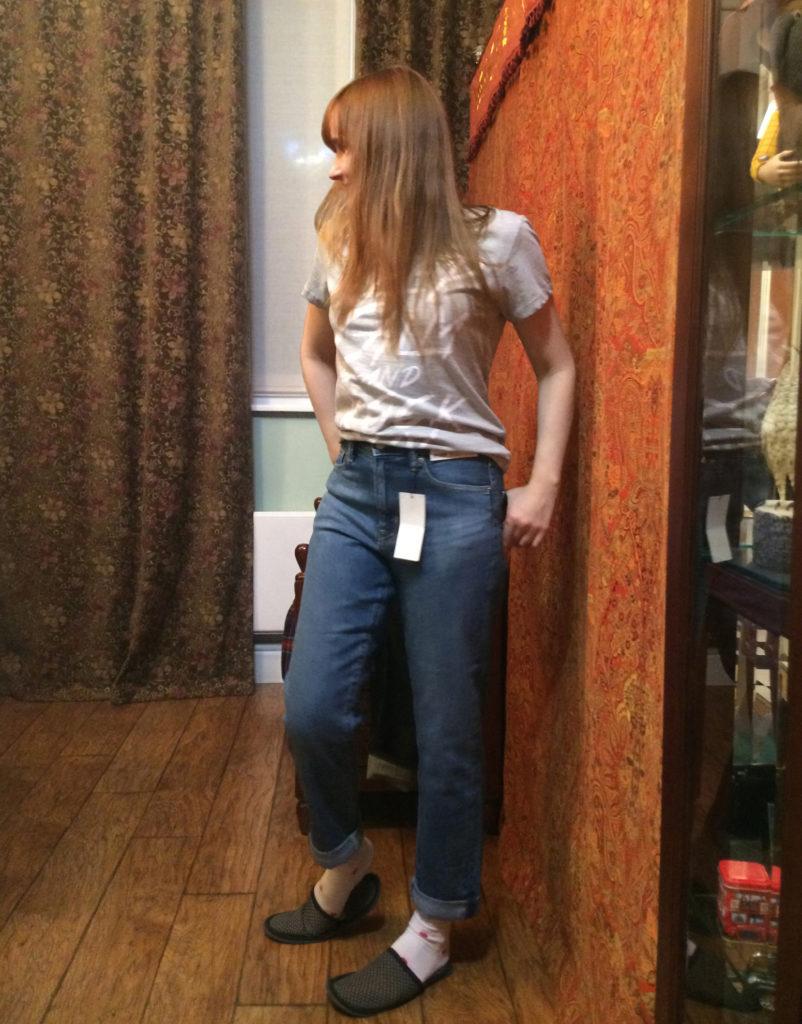 Лолита Быстрова примеряет новые джинсы
