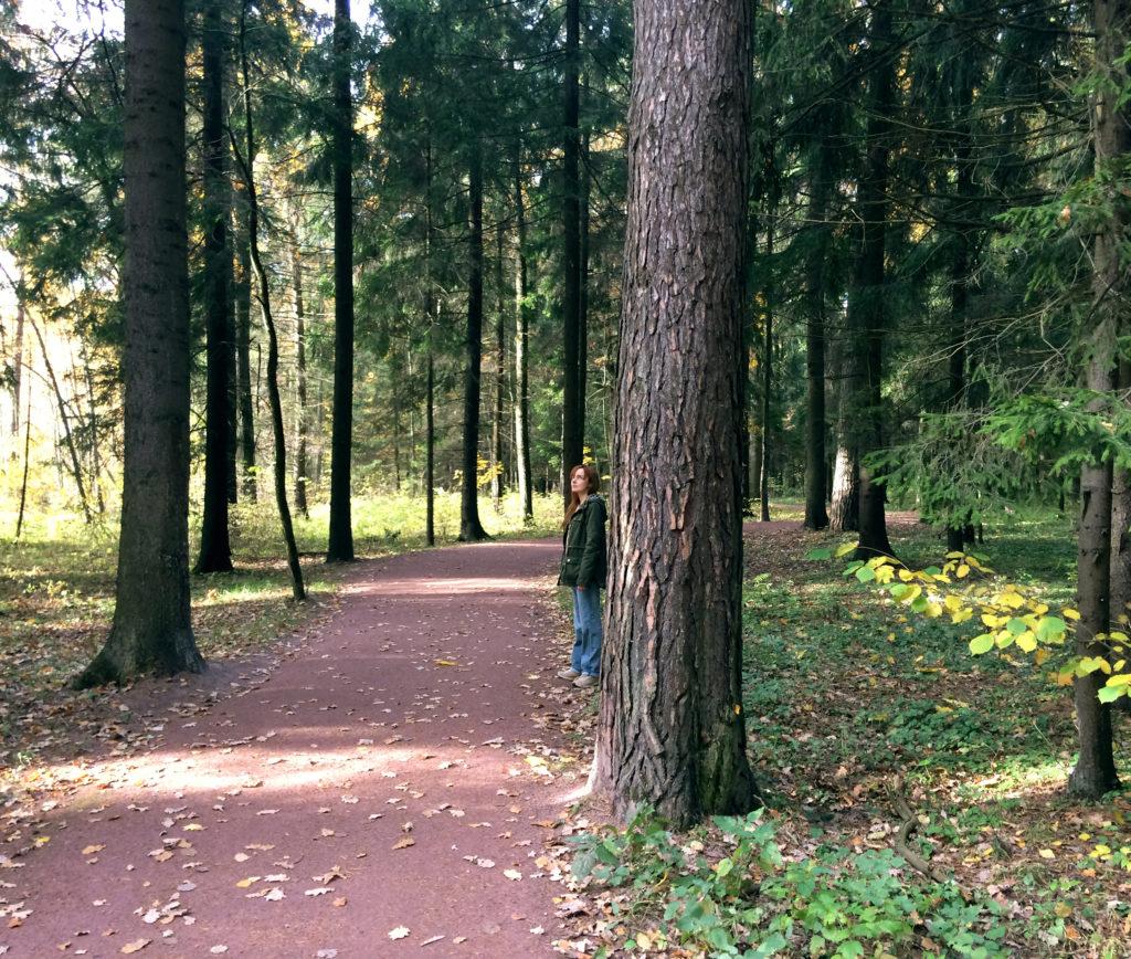 Лолита Быстрова у дороги в лесопарке