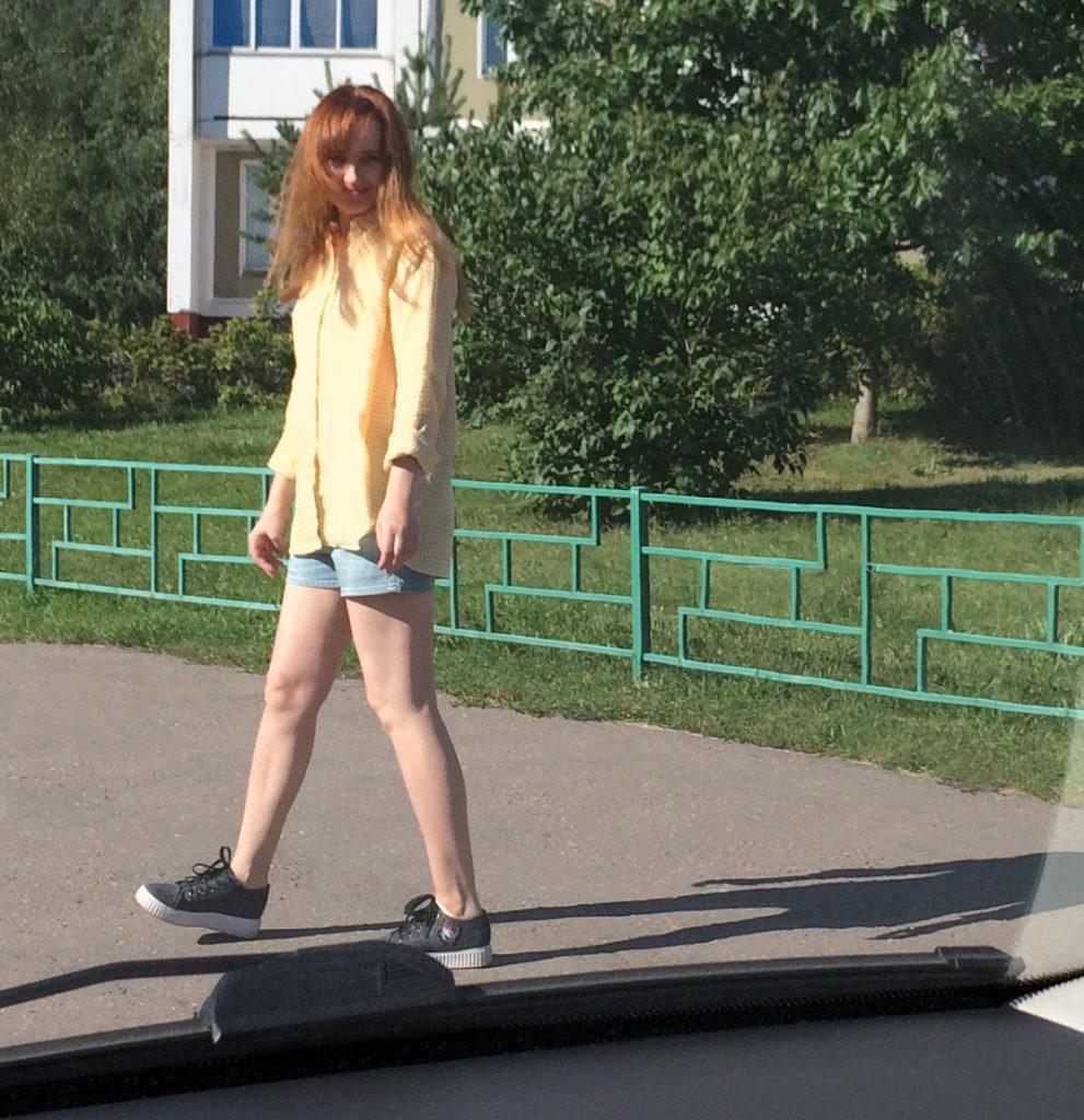 Лолита Быстрова в шортах и желтой рубашке