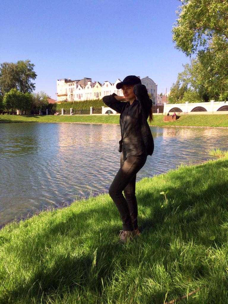 Лолита Быстрова возле пруда