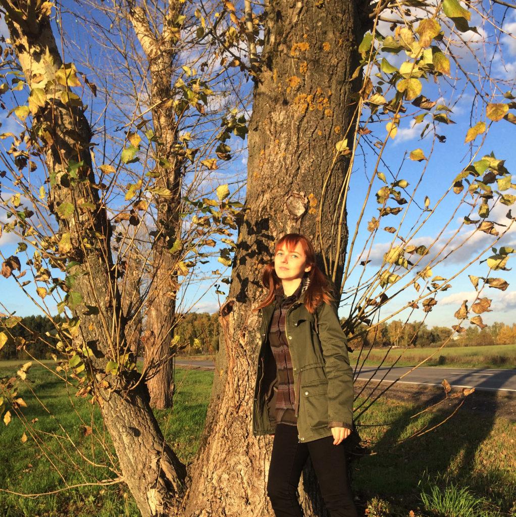 Лолита Быстрова осенью возле дерева