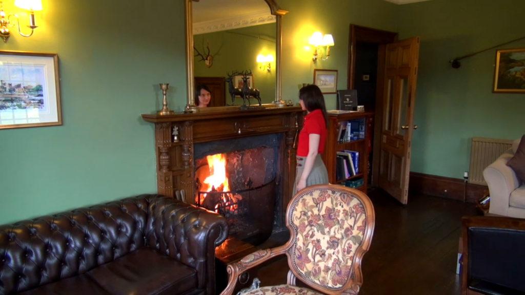Лолита Быстрова в гостиной у камина