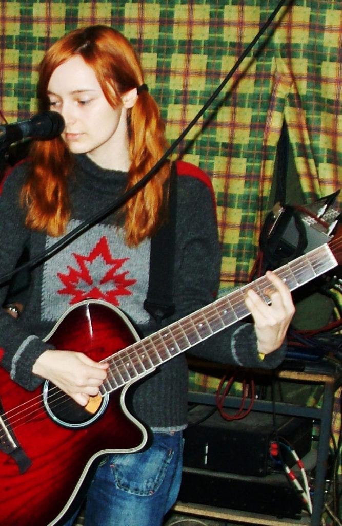 Лолита Быстрова на репетиции с акустической гитарой