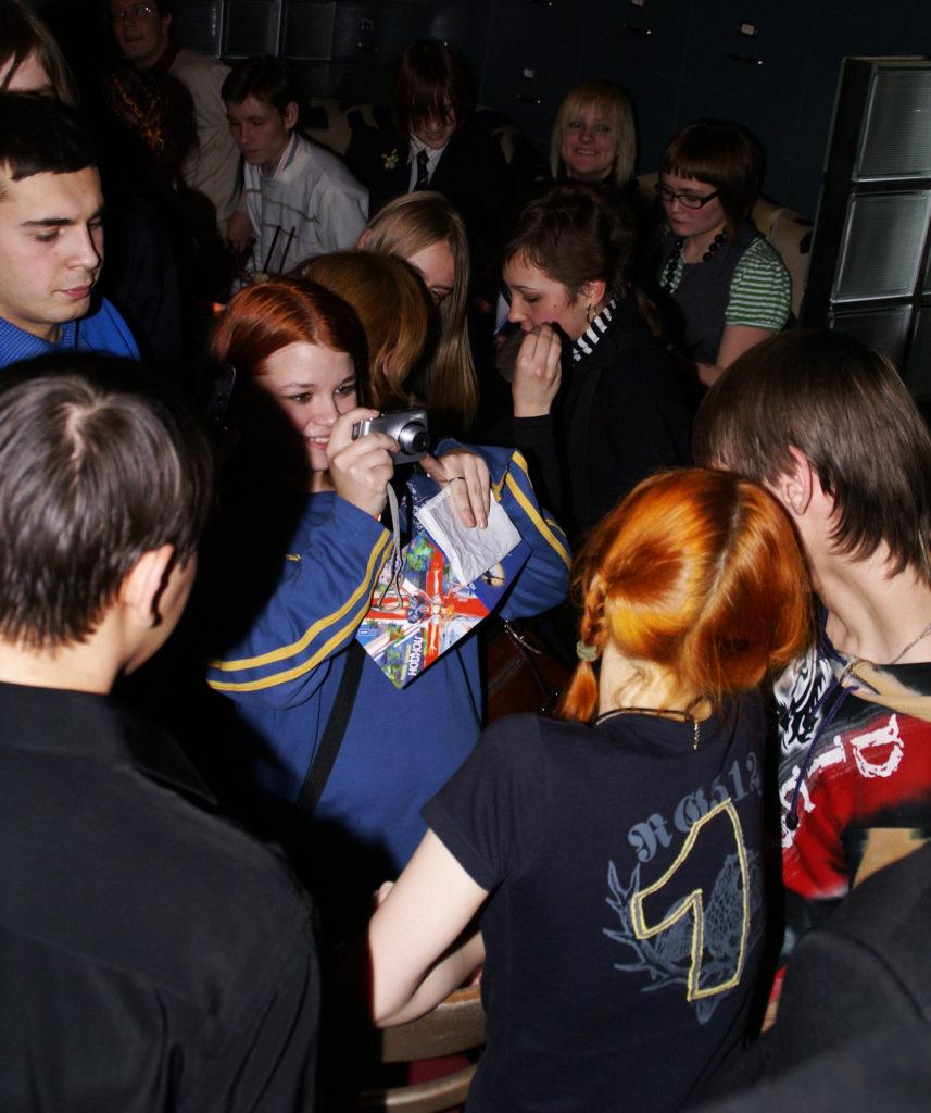 Лолита Быстрова фотографируется с поклонниками