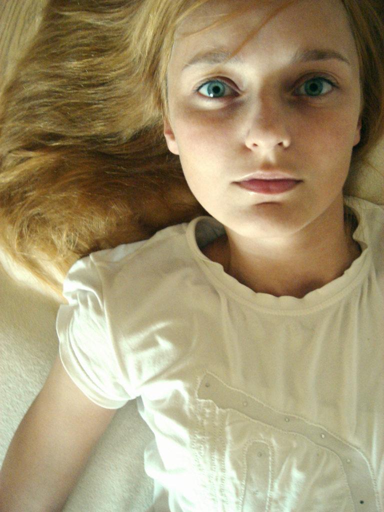 Лолита Быстрова портрет лежа