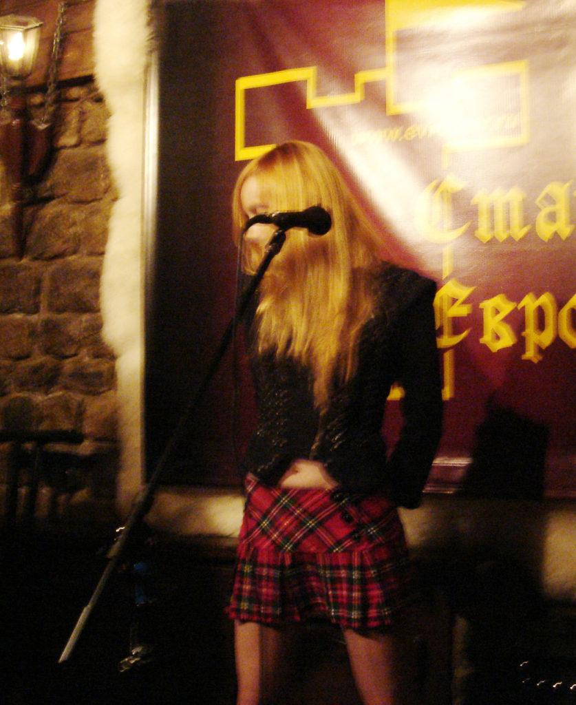 Лолита Быстрова в шотландской юбке