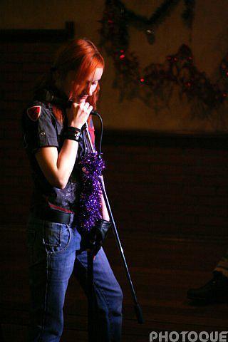 Лолита Быстрова задумчивая у микрофона