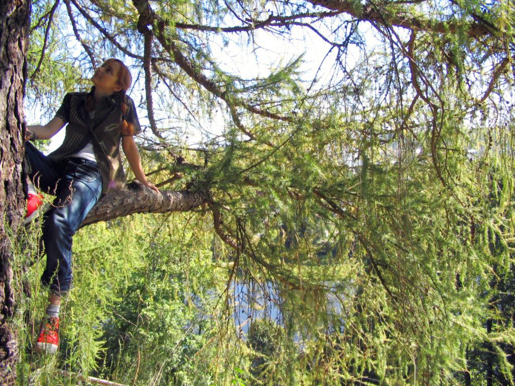 Лолита Быстрова на дереве