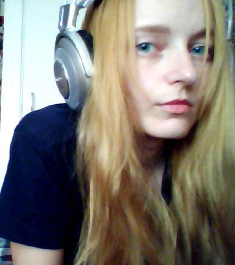 Лолита Быстрова в наушниках с длинными волосами
