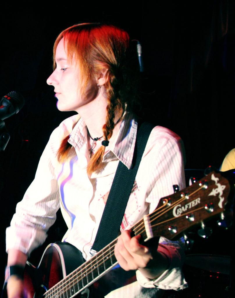 Лолита Быстрова с гитарой на дне рождения MTV