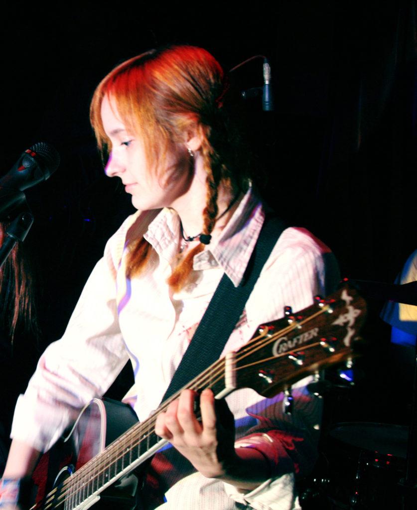 Лолита Быстрова с гитарой