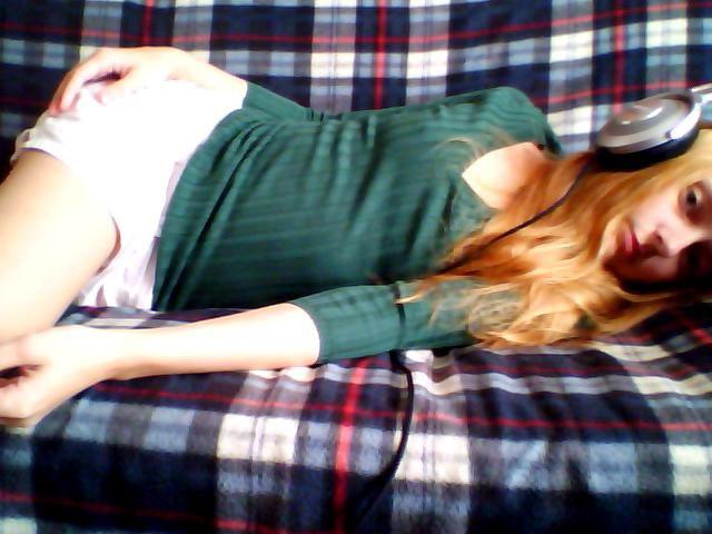 Лолита Быстрова на диване в наушниках