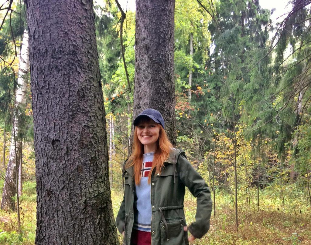Лолита Быстрова в лесопарке