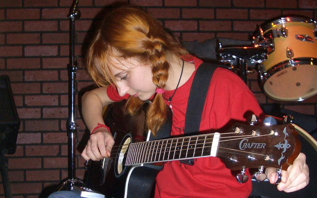 Лолита Быстрова настраивает гитару