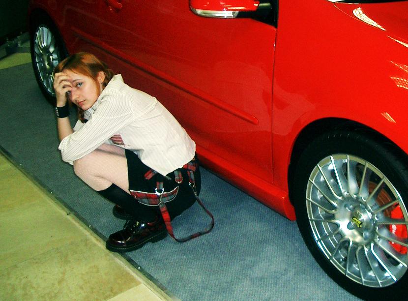 Лолита Быстрова возле красной машины