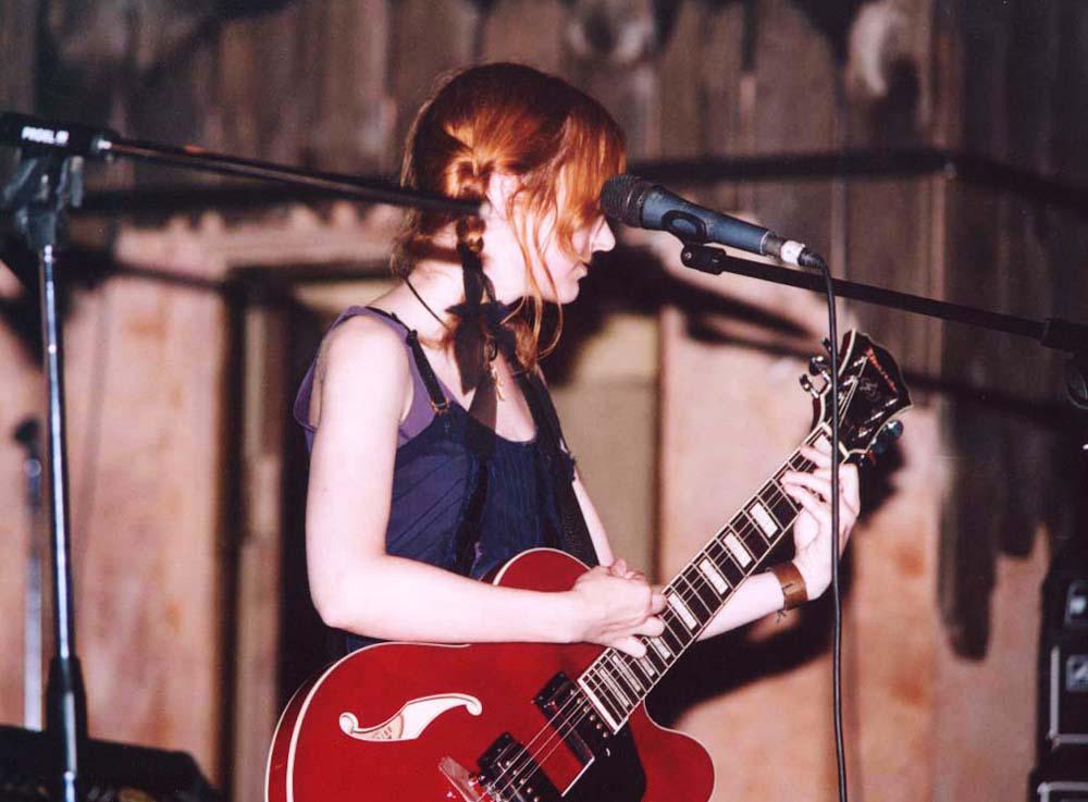 Лолита Быстрова с полуакустической гитарой Ибанез