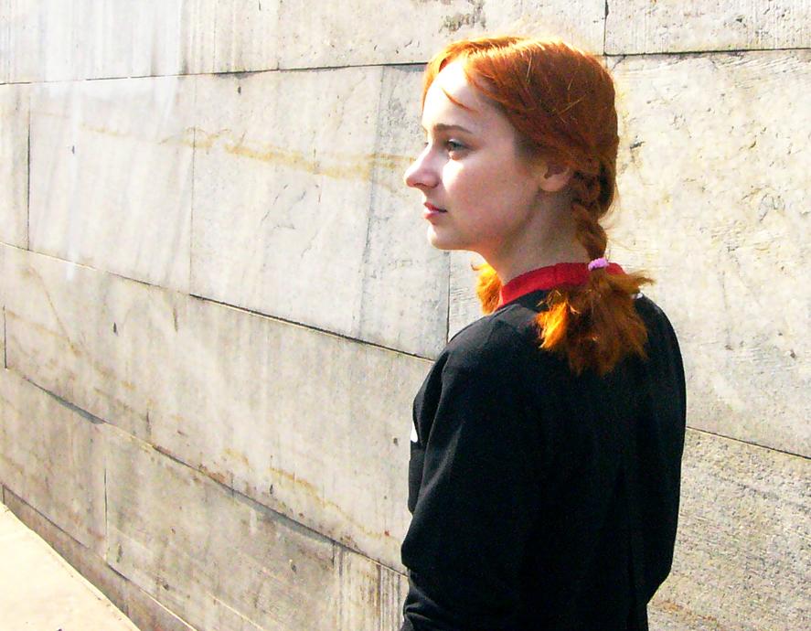Лолита Быстрова с рыжими косичками в черной кофте