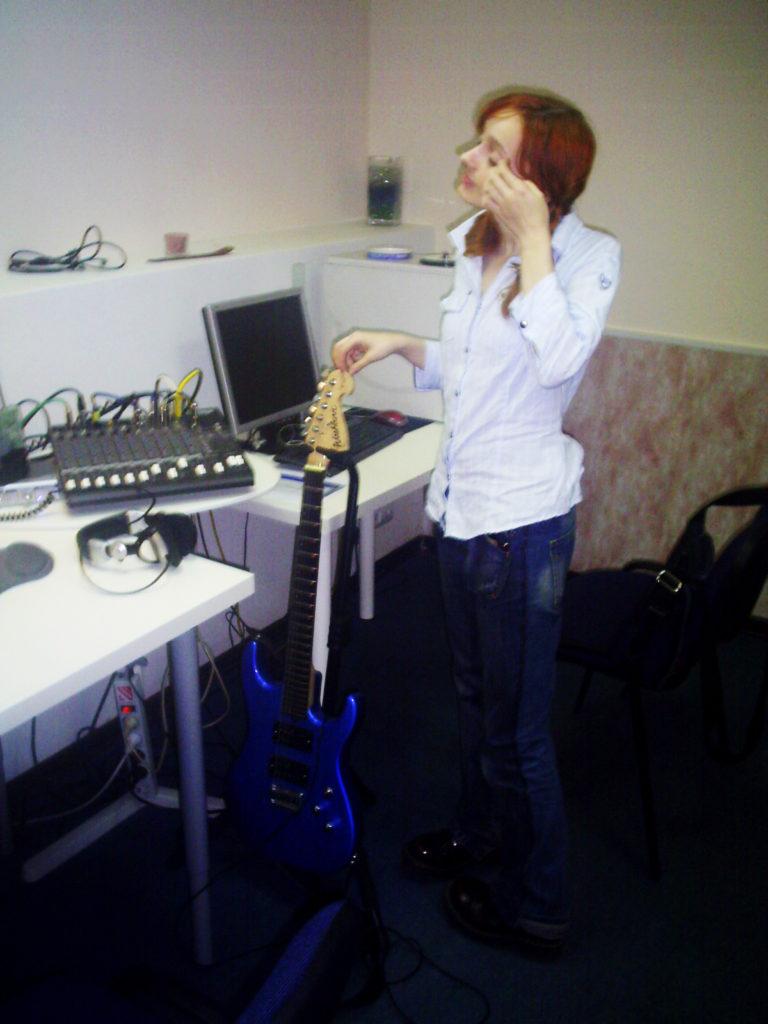 Лолита Быстрова в студии возле синей гитары