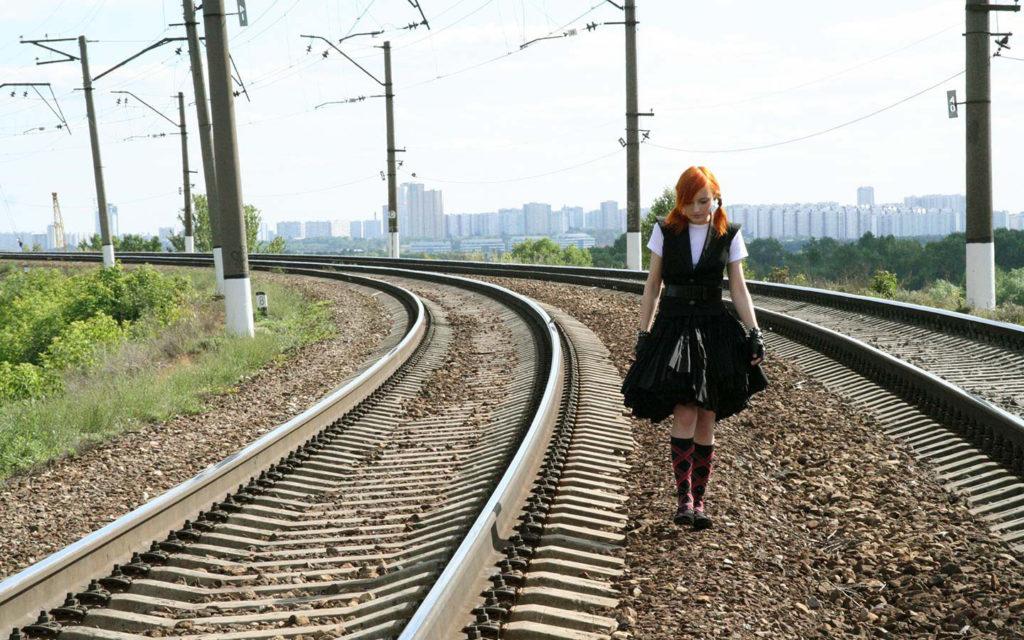 Лолита Быстрова идет по рельсам