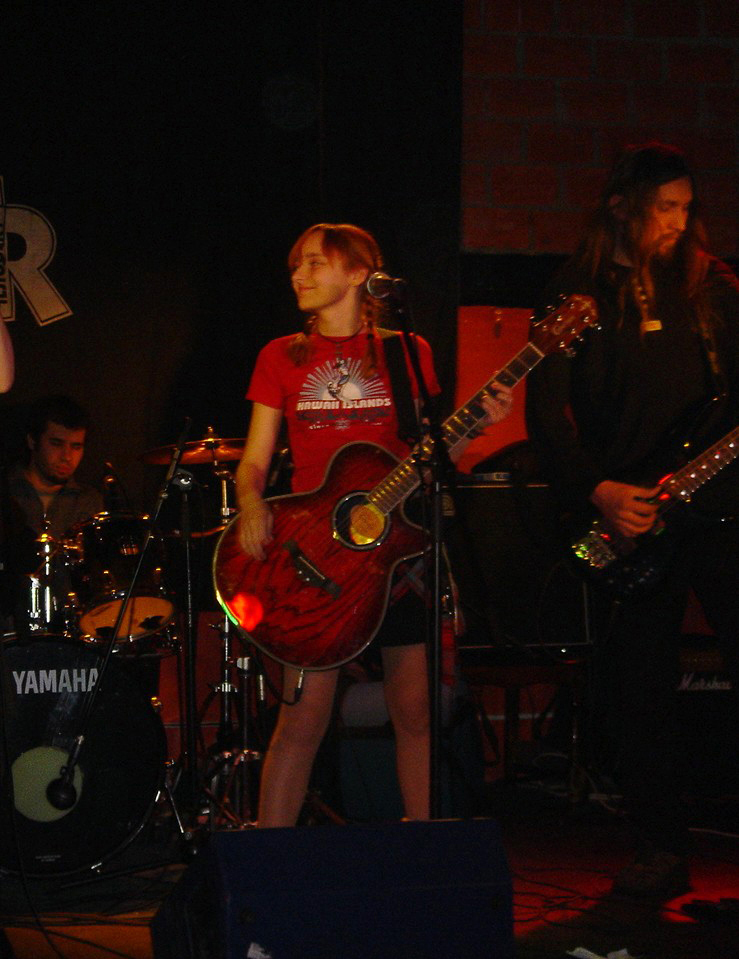 Лолита Быстрова с гитарой в руках