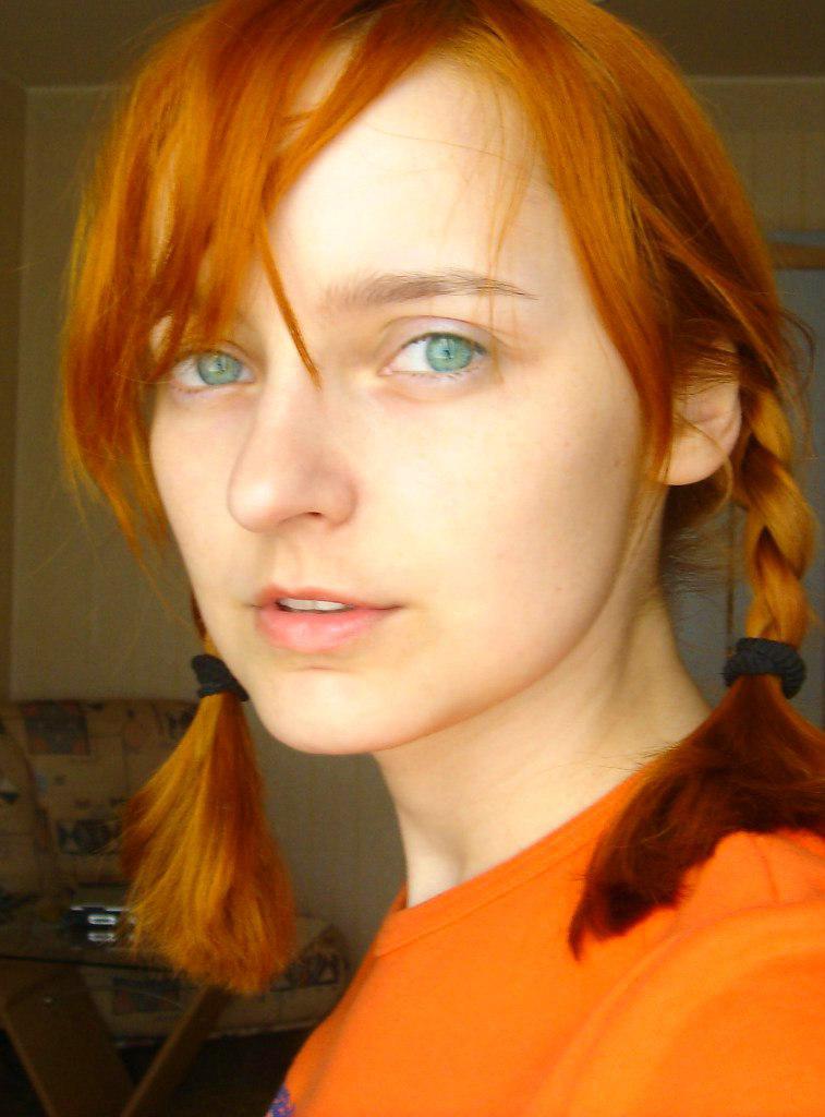 Лолита Быстрова с рыжими косичками и зелеными глазами