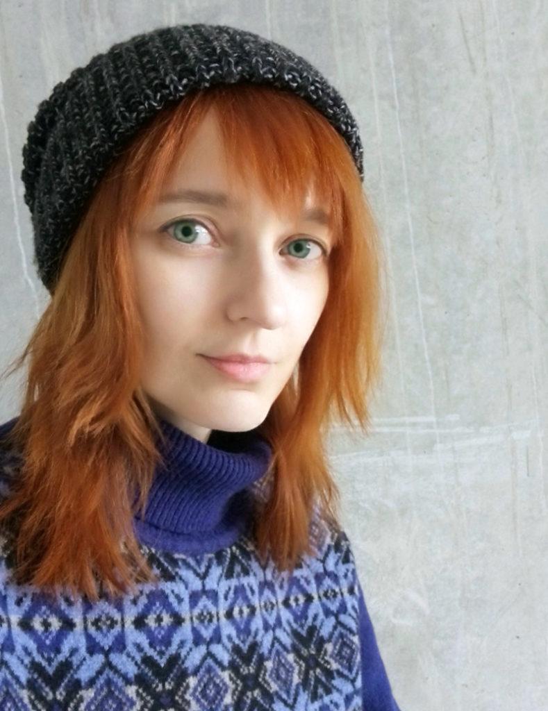 Лолита Быстрова в синем свитере с орнаментом