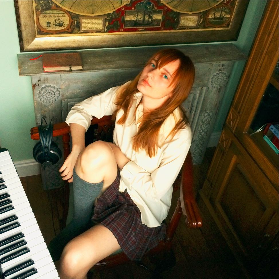 Лолита Быстрова в домашней музыкальной студии