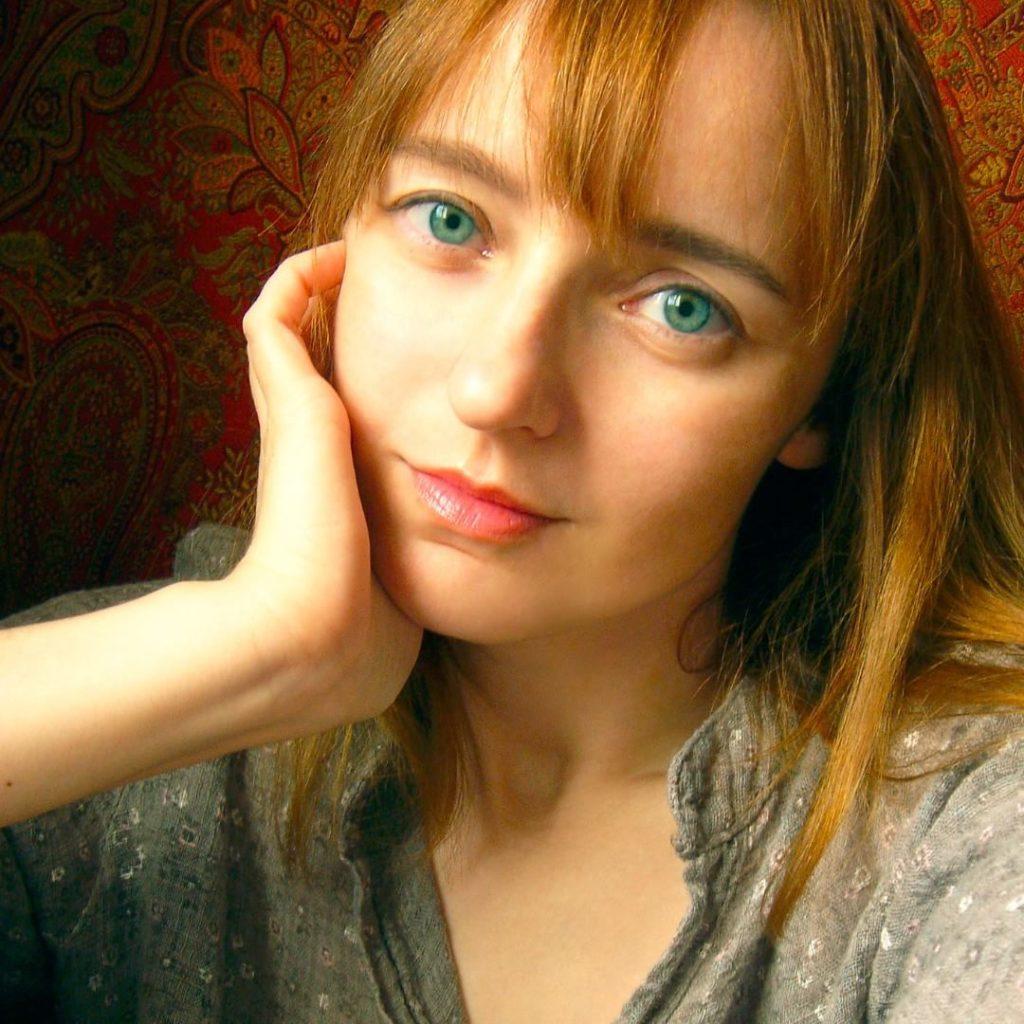 Лолита Быстрова портрет в сером