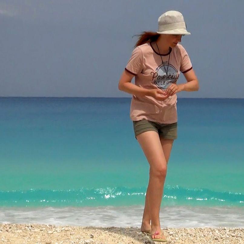 Лолита Быстрова в Греции на пляже