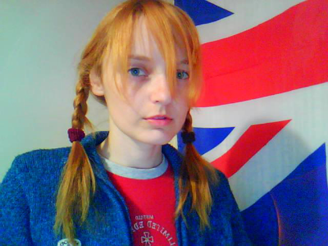Лолита Быстрова на фоне флага Британии