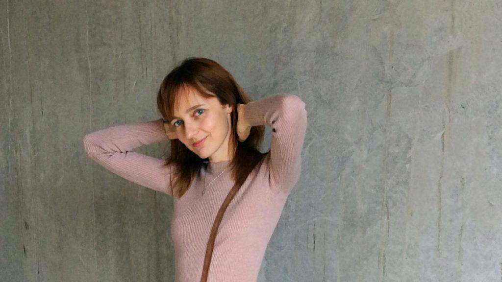 Лолита Быстрова в розовом джемпере
