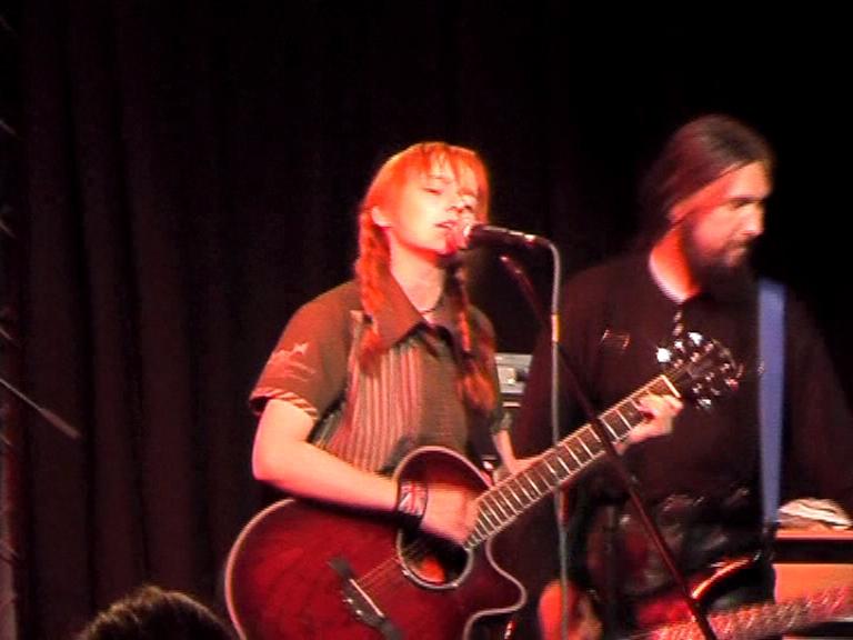 Лолита Быстрова с гитарой поет в клубе Б2