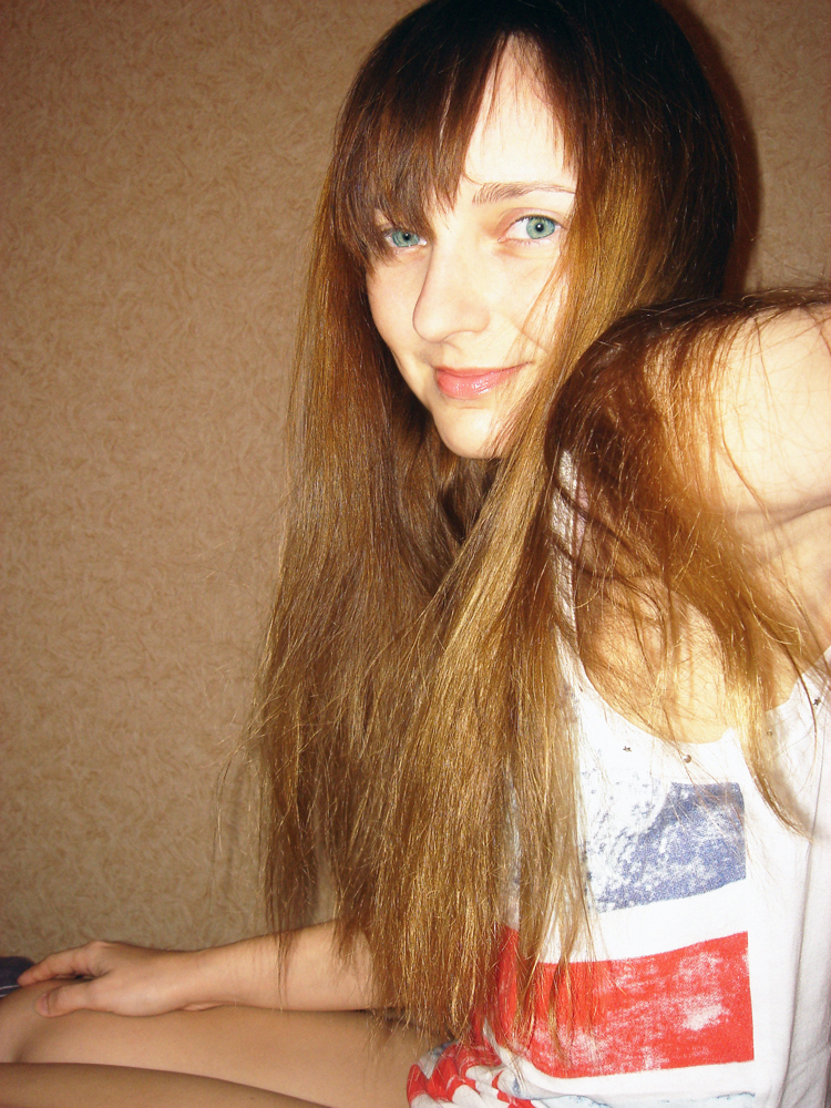Лолита Быстрова с длинными волосами в британской майке
