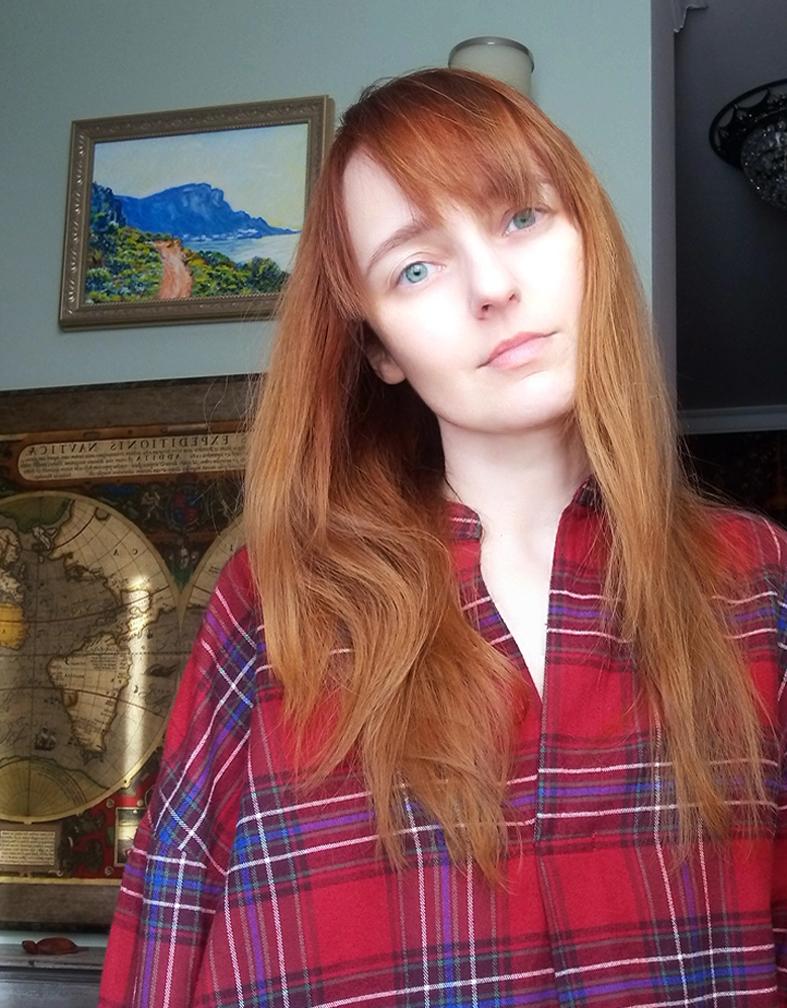 Лолита Быстрова в красной клетчатой рубашке