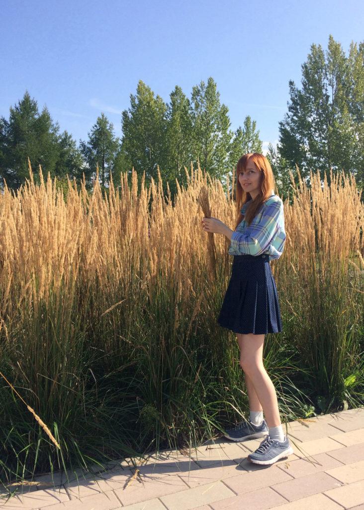 Лолита Быстрова с высокими желтыми травами
