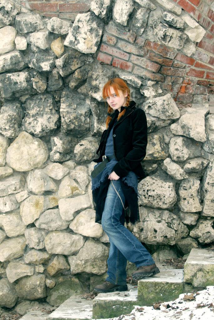Лолита Быстрова на фоне каменной стены