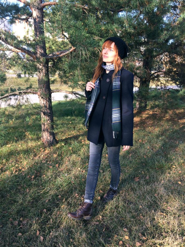 Лолита Быстрова в пальто шапке и шарфе