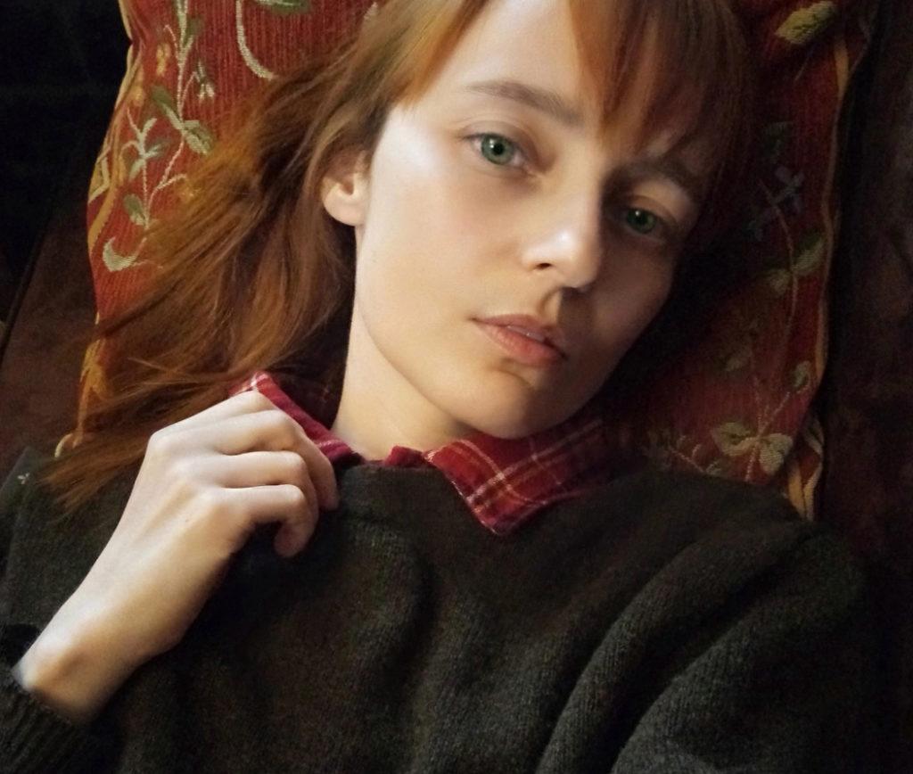 Лолита Быстрова в коричневом джемпере