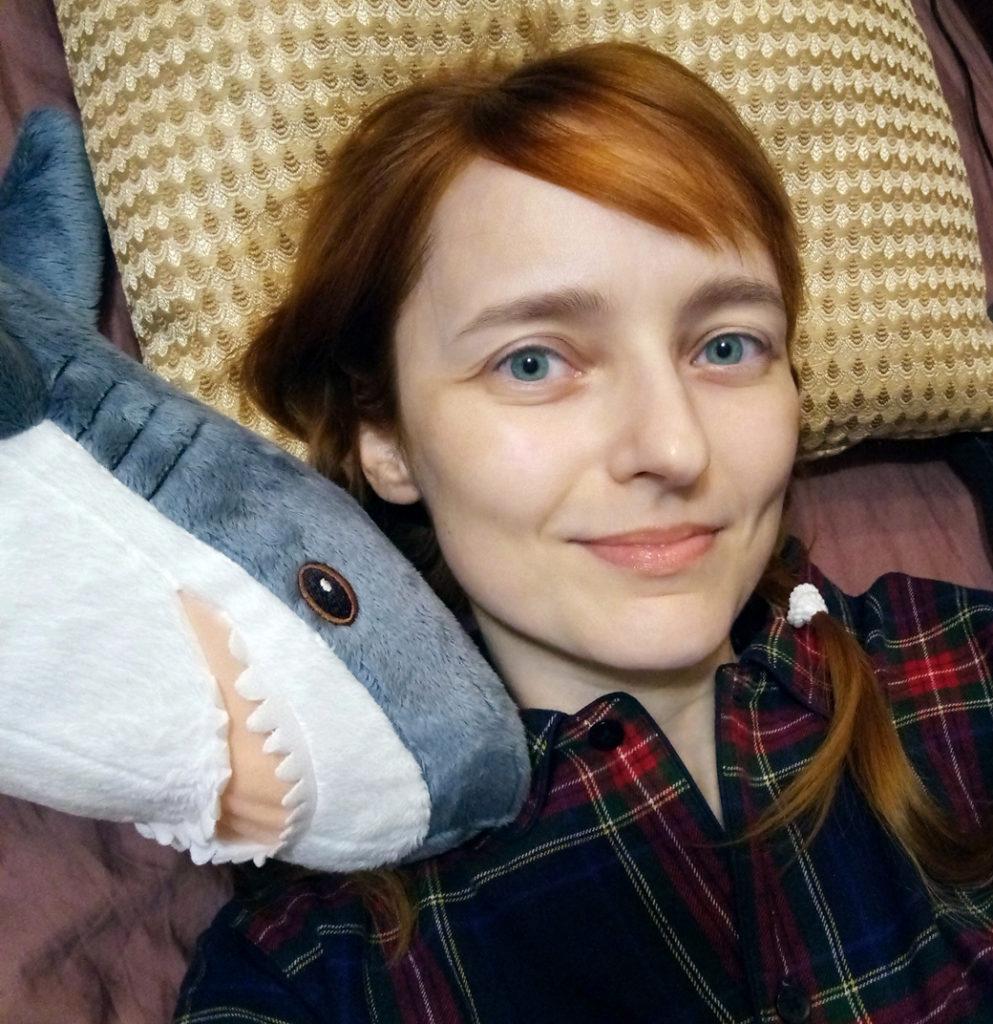 Лолита Быстрова с маленькой акулой из Икеи