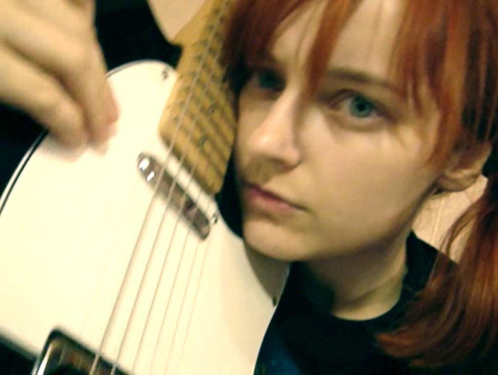 Лолита Быстрова обнимает гитару