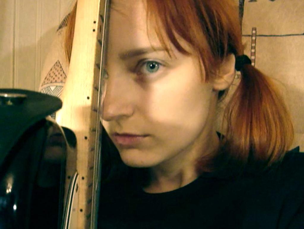 Лолита Быстрова с гитарой Фендер