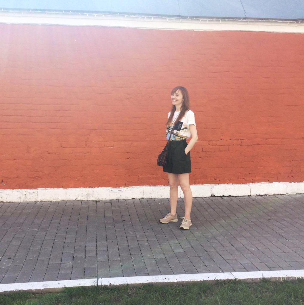 Лолита Быстрова на улице в Коломне
