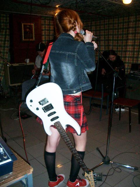 Лолита Быстрова с белой гитарой на репетиции