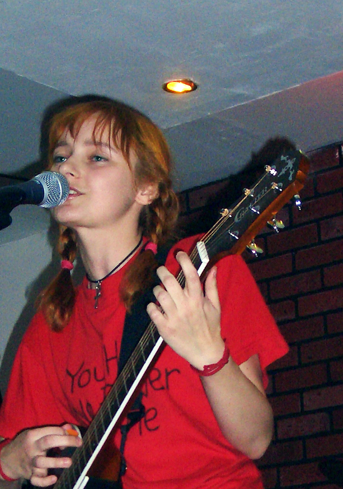 Лолита Быстрова играет на гитаре и поет