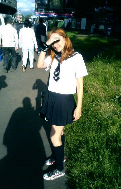Лолита Быстрова на улице в сейлор фуку