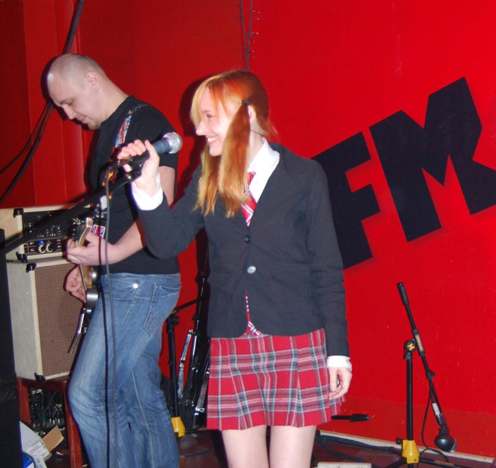 Лолита Быстрова в школьной форме в FM кафе